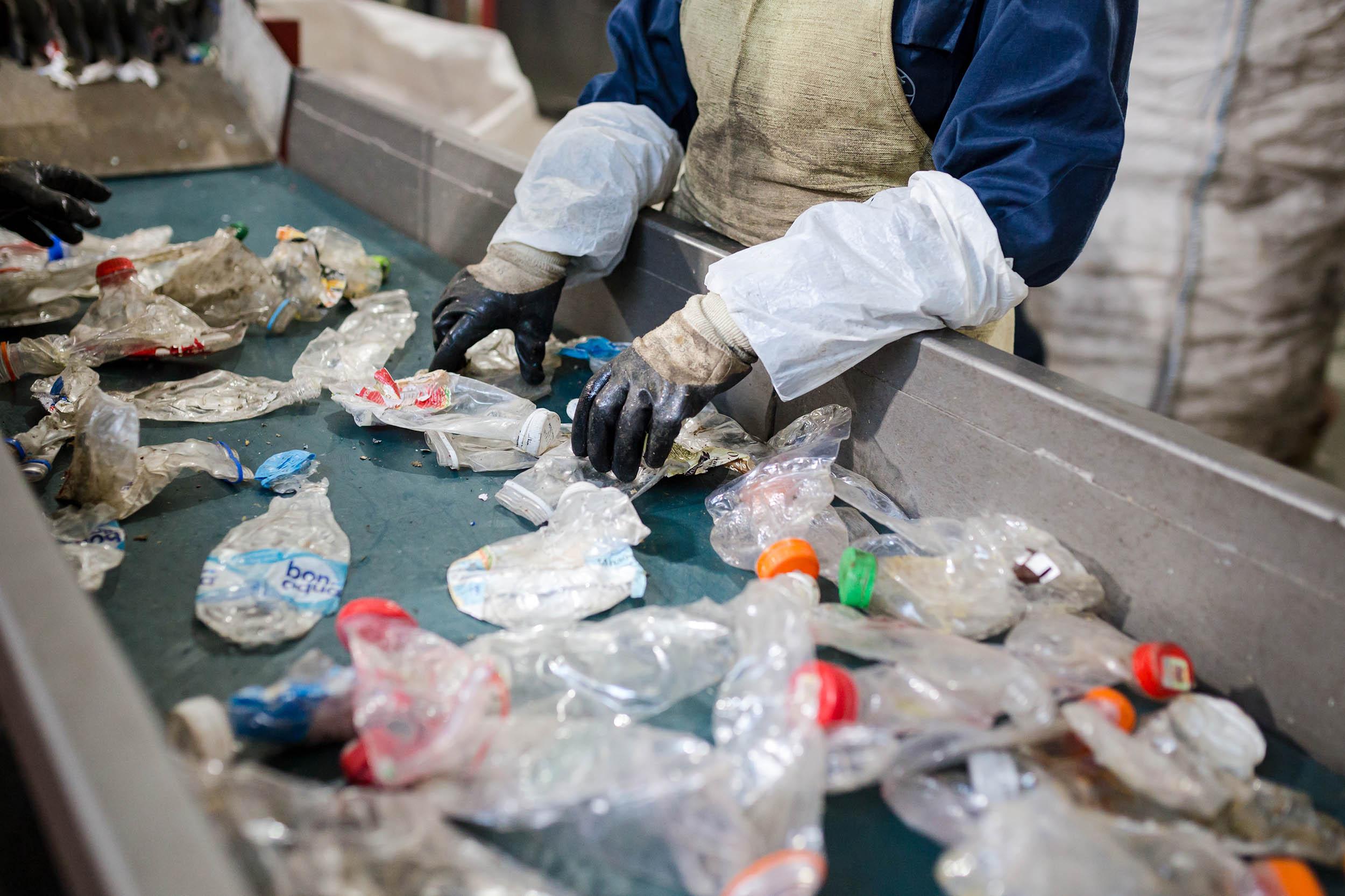 La imagen puede contener: Persona, Plástico, Bolsa, Bolsa de plástico, Ropa, Pájaro, Aluminio, Contaminación, Rueda de aleación, Basura, Símbolo de reciclaje, Símbolo, Clínica, Botella, Botella de agua, Guante, Laboratorio, Dedo, Teatro de operaciones, Hospital, Halcón, Cuchilla, Cuchillo , Abrecartas, Dinero, Botella de pop, Electrónica, Papel de aluminio, Moneda, Níquel, Delantal, Tornillo, Perchero, Costura, Contenedor de pintura, Municiones, Motor, Militar, Ejército, Blindado, Buceo, Grano, Punta de flecha, Contrachapado, Trabajador, Zapato , Primeros auxilios, mano, brazo, casco.