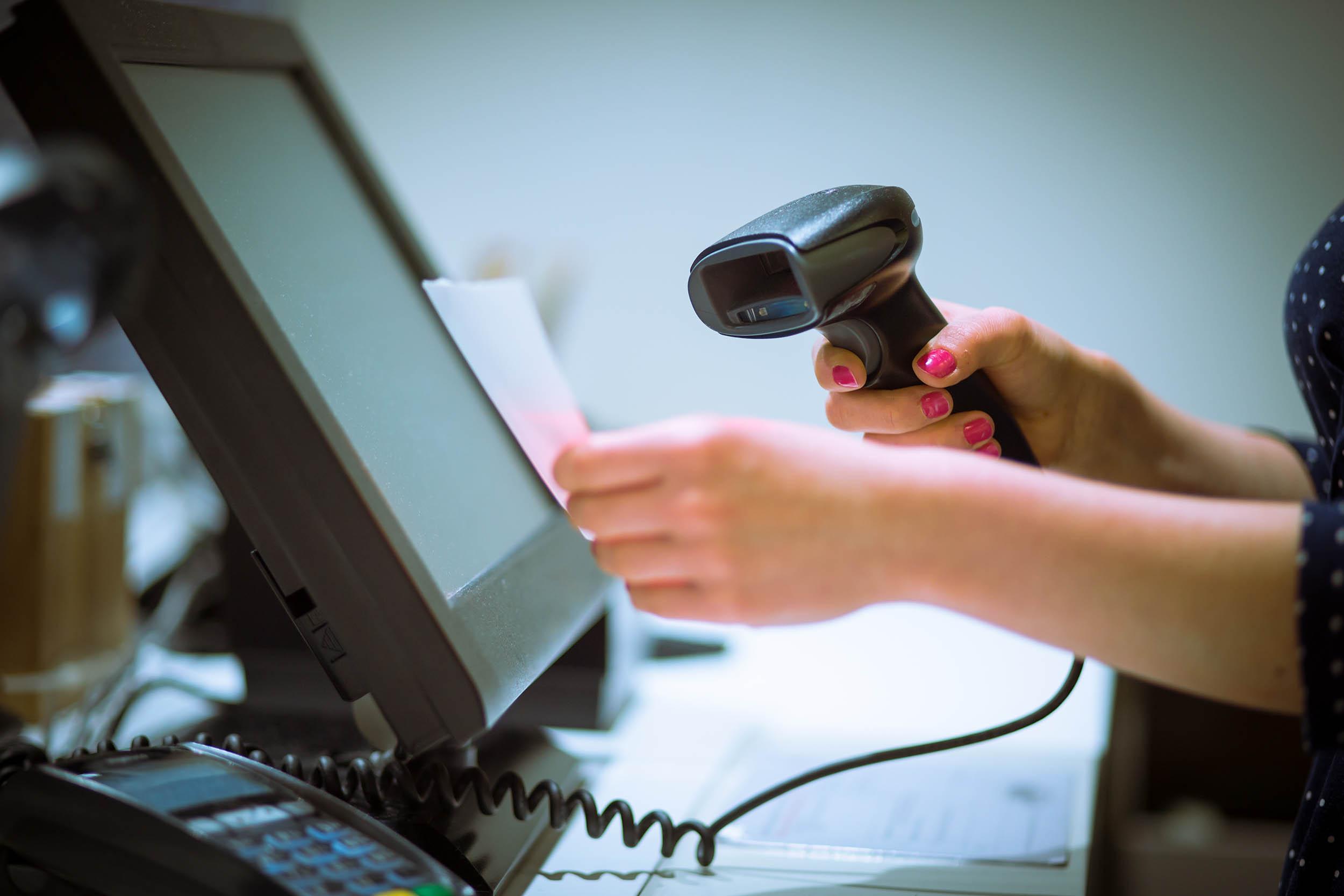 La imagen puede contener: Persona, Videojuegos, Electrónica, Computadora, Mesa, Muebles, Escritorio, Fotografía, Pantalla, Monitor, Pantalla LCD, Pc, Teclado, Teclado, Hardware, Hardware, Dedo, Mano, Mujer, Texto, Joystick, Microscopio, Cámara, Profesor, Ratón, Teléfono, Retrato, Muñeca, Robot, Trabajador, Cámara web, Proyector, Control remoto, Médico, Teléfono de marcado, Marcador, Cáliz, Tarjeta de crédito, Limpieza, Ipod, Entrevista, Cableado, Niña, Tableta, Píldora, Brazo, Adaptador, dinero, reproductor de cassette, lente de cámara.